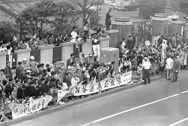 東京五輪マラソン 沿道に詰めかけた円谷幸吉選手の応援団23023004850の