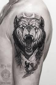 татуировка мужская графика на плече медведь мастер дарья Iki