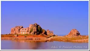 castel meur est le nom de cette maison surprenante elle tourne le dos à la mer depuis 1861 année de sa construction pour se protéger des vents violents