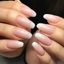 爪を細く長く見せるなら海外で人気のバレリーナネイルで指先