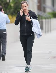 Reese witherspoon and jennifer garner take down pregnancy rumours. Jennifer Garner Hits The Gym As Moving Trucks Are Spotted At Home With Ben Affleck Daily Mail Online