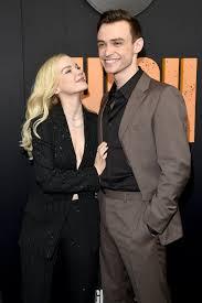 """Dove Cameron confirma fim de namoro com Thomas Doherty: """"Difícil"""""""