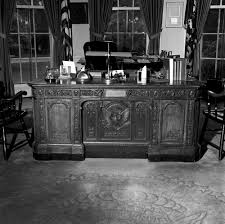 oval office resolute desk. kn23056a president john f kennedyu0027s hms resolute desk in the oval office