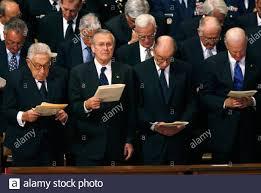 Der ehemalige US-Verteidigungsminister Donald Rumsfeld (2. L) sieht während  das Staatsbegräbnis von ehemaligen US-Präsidenten Gerald Ford in der  National Cathedral in Washington 2. Januar 2007. Im Bild von links sind  ehemalige Secretary