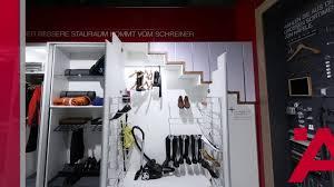 Denn meistens fehlen die passenden möbel, die weder zu auch sind manche treppen so gebaut, dass schränke oder kommoden auf jeden fall abgeschrägte seiten benötigen. Stauraumideen Fur Ihren Schrank Unter Der Treppe Youtube