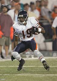 Carl Ford of the Chicago Bears carries the ball against the Miami...  Nachrichtenfoto - Getty Images