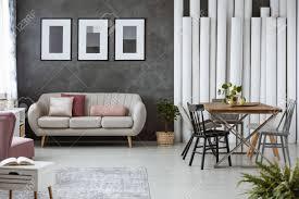 Buchen Sie Auf Weißen Schrank Im Gemütlichen Wohnzimmer Mit Kissen