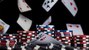 Differences between live and online poker games to play