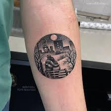 фото небольшой парной татуировки на руке в стиле графика дотворк
