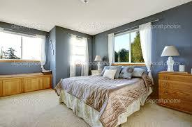 Camera Da Letto Beige E Marrone : Interno camera da letto con pareti della marina e queen size