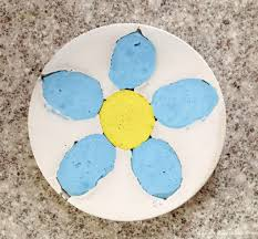 Diy Stepping Stones Easy Garden Stepping Stones With Embedded Colored Cement Designs