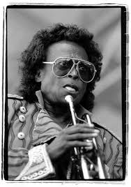 Miles Davis :. milesdavis1.jpg. Miles Dewey Davis III (Alton, 26 maggio 1926 – Santa Monica, 28 settembre 1991) è stato un compositore, trombettista jazz ... - milesdavis1