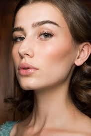 light makeup woman look natural makeup green eyes