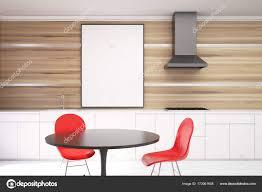 Weiß Und Holz Esszimmer Rote Stühle Hautnah Stockfoto