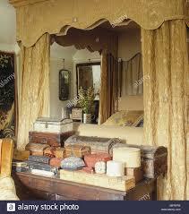 Schlafzimmer Mit Himmelbett Mit Gold Stoff Pelmet Und Vorhänge