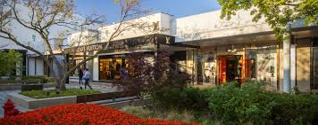 oakbrook center restaurants il. at dusk, oakbrook center shoppers stroll along an outdoor walkway lined with storefronts, flowers restaurants il b