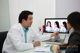 Hình ảnh bác sĩ tư vấn cho khách hàng trước khi thực hiện phẫu thuật nâng mũi