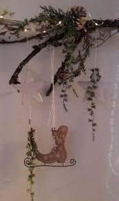 Liebevoll Gestaltete Fensterdeko Aus Ast Im White Washed