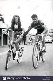 10. Oktober 1968 - Dalida Chums Up mit Poulidor für Guy Lux neue TV Show:  Guy Lux zeigt die berühmte französische TV-Entertainer und Produzent einer  der erfolgreichsten '' Palmares De La Chanson
