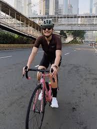 Sambil mengendarai sepeda, luna maya berpose tersenyum ke arah kamera. 5 Gaya Pakaian Bersepeda Selebritis Indonesia Dari Luna Maya Hingga Pevita Pearce Fashion Fimela Com