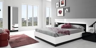 Camera da letto moderna con cabina armadio: armadio con tv md