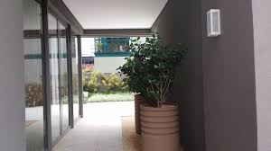 Papel de parede vinílico texturizado cinza 08005. Edificio Arago De Claudia Puga