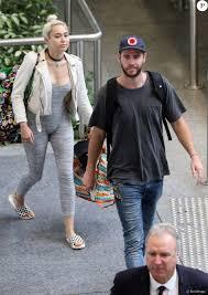 Liam Hemsworth et sa petite amie Miley Cyrus prennent un vol à ...