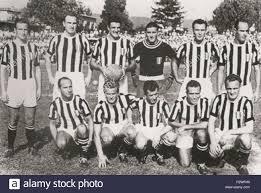 Italiano: Una formazione della Juventus nella Stagione 1951-52. zwischen  1951 und 1952. Unbekannt 44 Juve 1951 --52 Stockfotografie - Alamy