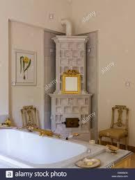 Vergoldete Gerahmten Spiegel Am Kachelofen In Hübsch Mit