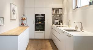 Küche weiss Mineralwerkstoff Eiche kücheninsel