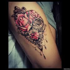 узор кружево с розами и сердцем тату на бедре у девушки добавлено