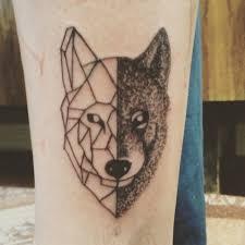 тату волк в геометрии