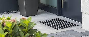 Planen untergrund sorgen, so dass jeder oberflächenbelag darauf optimal zum liegen kommt. Gitterroste Und Fussmatten Perfekt Eingelassen In Betonplatten