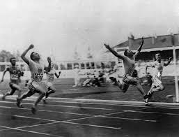 История Летних Олимпийских игр РИА Новости  ap photoАмериканский легкоатлет Чарльз Паддок выигрывает соревнование по бегу на 100 метров Летние Олимпийские игры в Антверпене Бельгия 1920 год