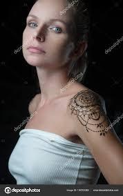 žena S Henna Tetování Na Rameno Stock Fotografie Nelka7812