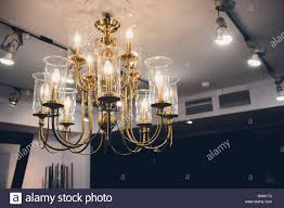 Kronleuchter Aus Kristall Glänzt An Der Decke Im Zimmer
