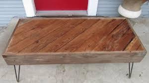 DIY Reclaimed Wood Coffee Table (via joyofallcrafts)