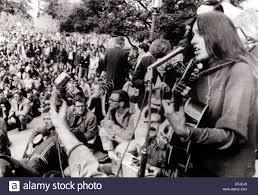 12-2-64 Berkeley, Calif.: cantante folk Joan Baez strimpella la sua  chitarra e canta canzoni di libertà durante un sit-in presso l'Università  di C Foto stock - Alamy