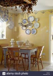 Kiefer Lackiert Stühle Und Tisch In Einem Cottage Esszimmer