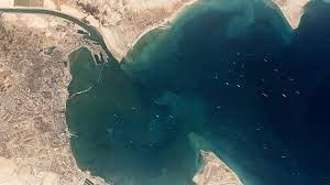 อึ้ง ภาพถ่ายดาวเทียม เผยมีเรือสินค้ารออื้อ ติดเรือยักษ์ขวางคลองสุเอซ