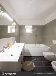 Modernes Badezimmer Mit Großen Braunen Fliesen Und Großen Spiegel