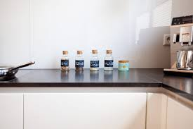 Moderne Hochglanz Küche in weiß mit Kücheninsel Bora Kochfeld und