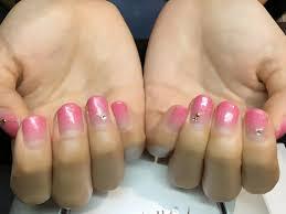 ピンクのラメグラデーションとゴールドのラメラインで冬も可愛く