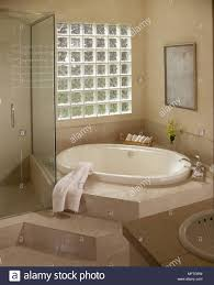 Modernes Badezimmer Eingelassene Badewanne Glasbaustein Fenster