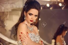 Beau Portrait De Mariage Femme Mariée Jeune Femme Brune Attrayant Avec Le Maquillage Coiffure Bijoux En Diamant Posant Par Le Miroir Avec Des