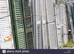 Alte Fensterläden Aus Holz An Einen Zaun Gelehnt Stockfoto Bild