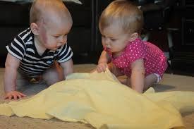 stimulasi bayi 10 bulan