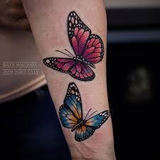 фото женской цветной татуировки на руке бабочки тату салон дом