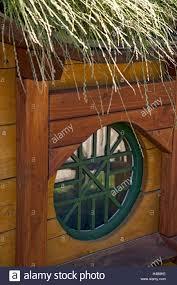 Gartenhaus Fenster Grün Grasdach Stockfoto Bild 123179490 Alamy