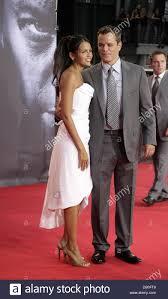 Noi attore Matt Damon e la moglie Luciana Barroso comportano per le  fotocamere che arrivano per la Germania premiere del suo film